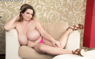 Kitty Cute compressed her massive naturals in a little top