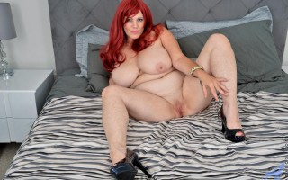 Foxy MILF Roxee Robinson in bed